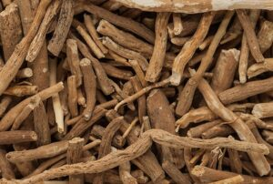 Here's why the ashwagandha root can improve fitness. The root piled up in pieces.