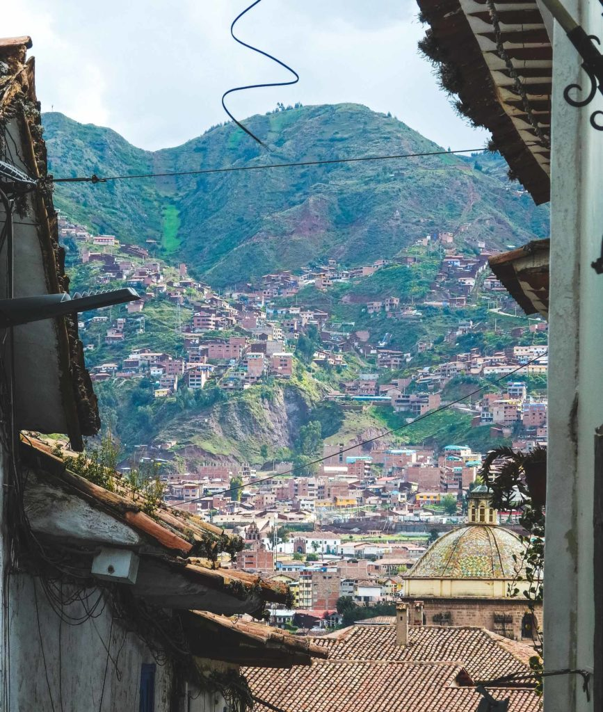 Why travelling Cusco is epic! A view through the streets of Cusco onto the surrounding hillside